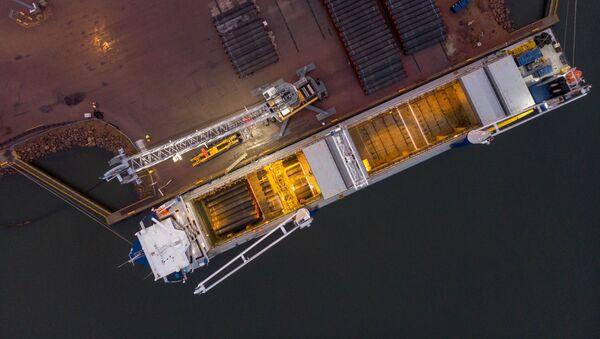 Nakládka potrubí pro dopravu v přístavu Kotka - Sputnik Česká republika