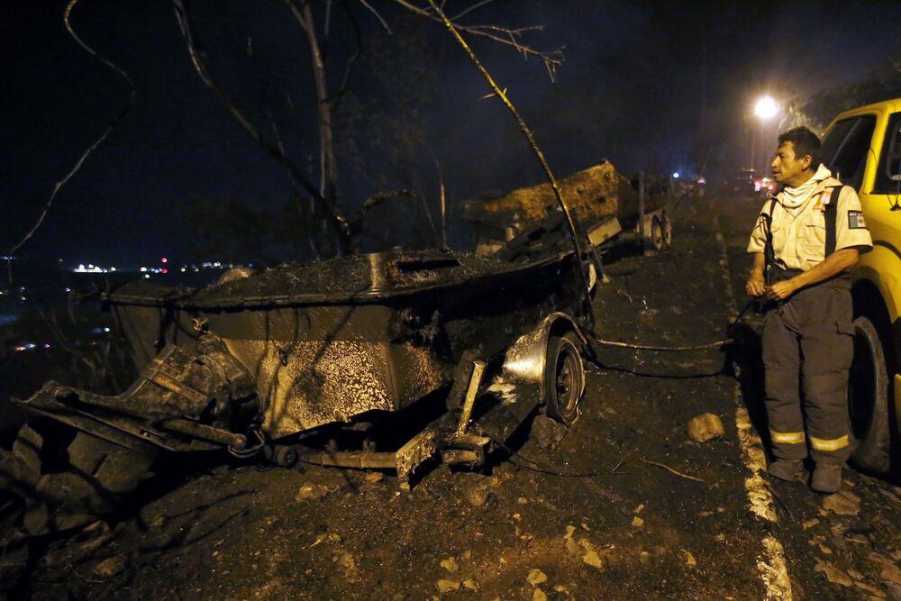 Hasič vedle spalné lodi poblíž lesních požárů v Mexiku.