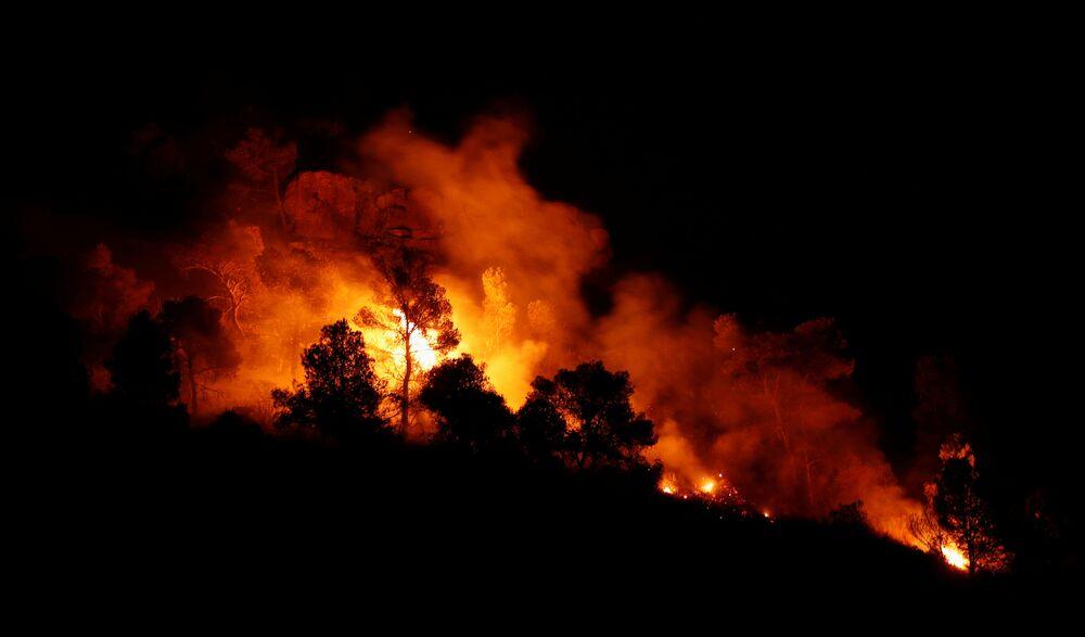 Požár v lese na východě od Taragony, Španělsko.
