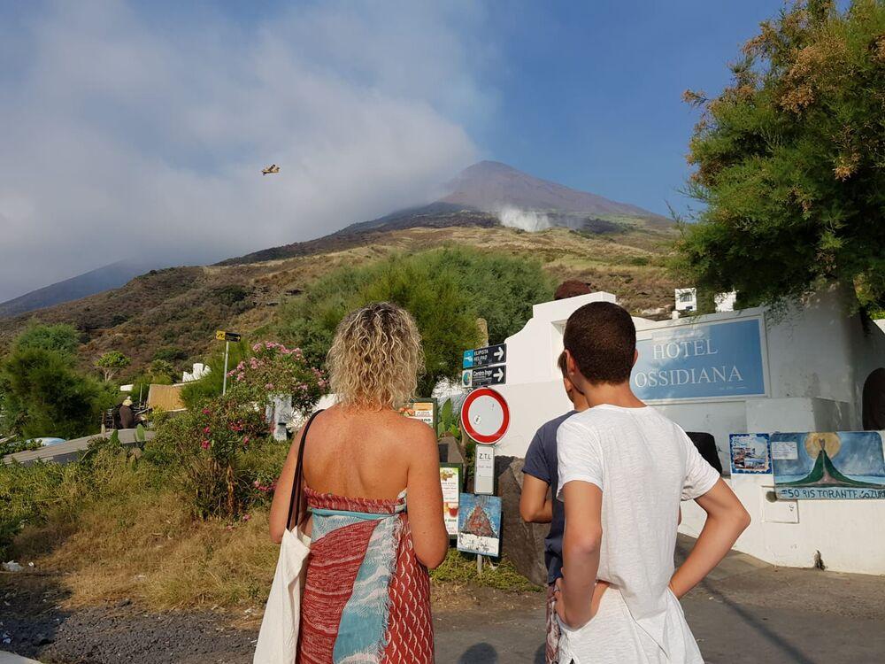 Hašení požáru po erupci sopky ve Španělsku.