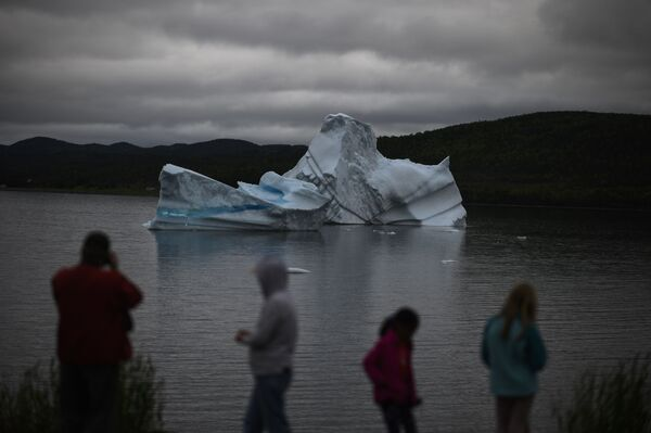 Turisté sledují ledovce poblíž Kings Point, Newfoundland, Kanada - Sputnik Česká republika