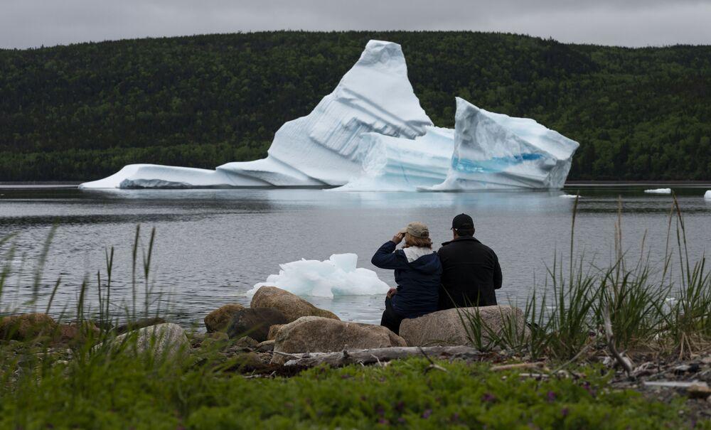 Turisté sledují ledovce poblíž Kings Point, Newfoundland, Kanada