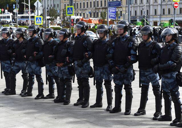 Policie během neschváleného mítinku