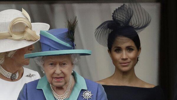 Britská královna Alžběta II., Camilla vévodkyně z Cornwallu a Meghan vévodkyně ze Sussexu  - Sputnik Česká republika