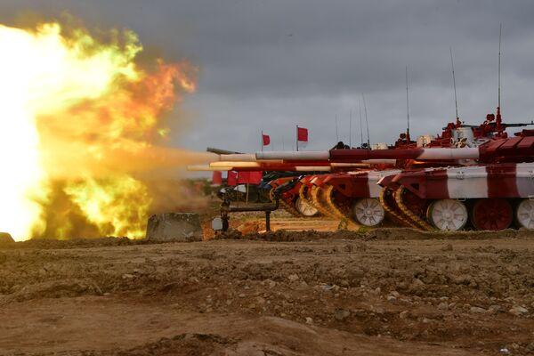 Tanky T-72B3 ruské armády během střelby na cíl před zahájením mezinárodní soutěže Tankový biatlon-2019 na cvičišti Alabino nedaleko Moskvy. - Sputnik Česká republika
