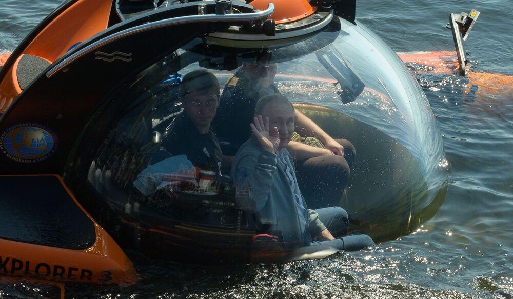 Prezident Ruska Vladimir Putin zahájil potopení v batyskafu na dno Finského zálivu, na místo zříceniny ponorky Šč-308 Semga, která se potopila během Velké vlastenecké války.
