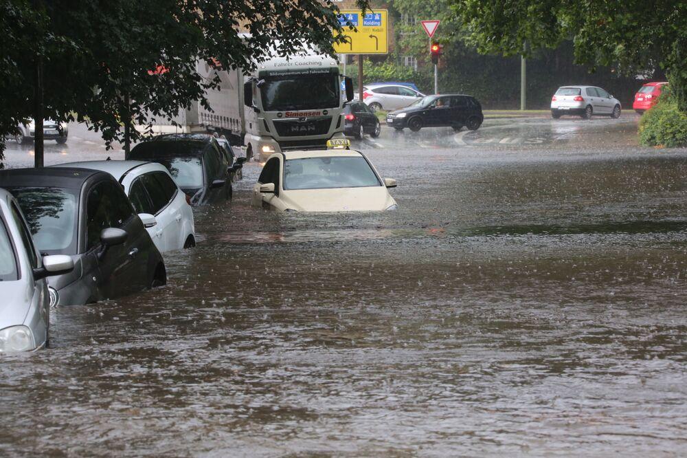 Auta na ulici německého Flensburgu během záplav, které byly způsobeny silnými dešti.