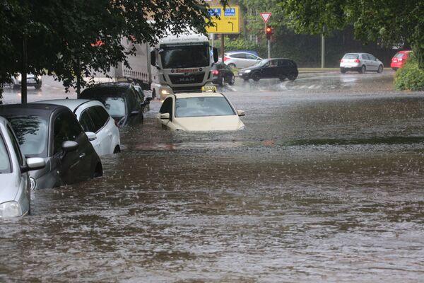 Auta na ulici německého Flensburgu během záplav, které byly způsobeny silnými dešti. - Sputnik Česká republika