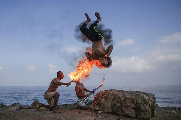 Palestinští fakíři vystupují na pláži pro děti během letních prázdnin v Gaze. - Sputnik Česká republika