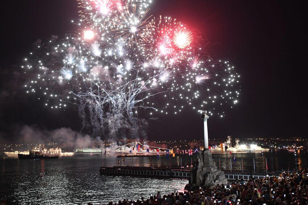 Ohňostroj na počest oslavy námořnictva v Rusku, Sevastopol.