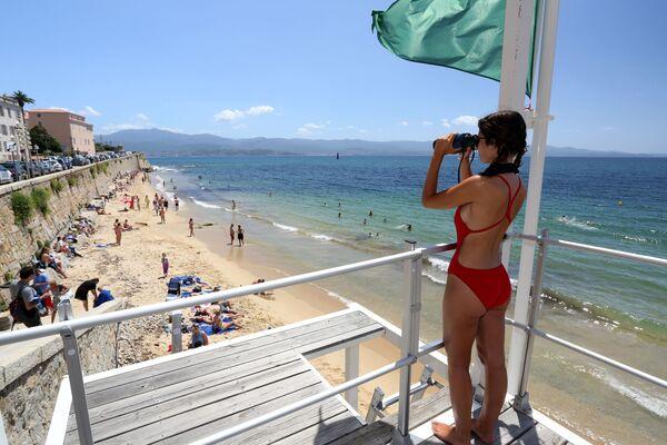 Plavčík na rozhledně na pláži Ajaccio na Korsice. - Sputnik Česká republika