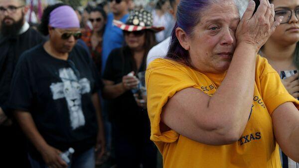 Plačicí žena během památní akce obětí střelby v Texasu  - Sputnik Česká republika