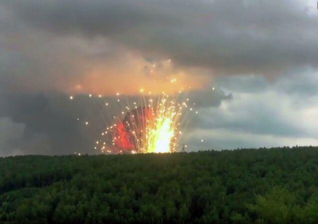 Výbuchy na muničním skladišti u města Ačinsk v Krasnojarském kraji.