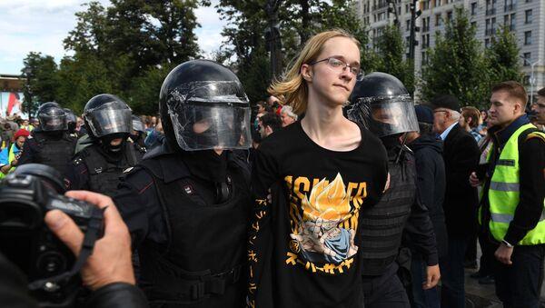 Ruská policie zadržuje účastníka nepovolené demonstrace v Moskvě dne 3. srpna 2019 - Sputnik Česká republika