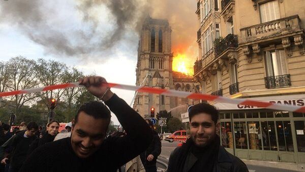 Lidé u katedrály Notre Dame, kde došlo k požáru - Sputnik Česká republika