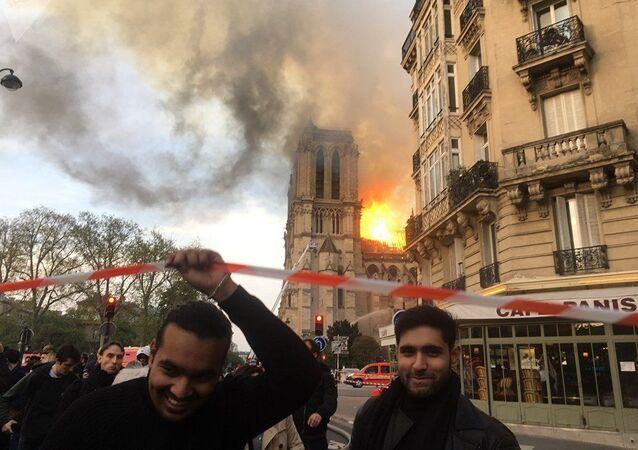 Lidé u katedrály Notre Dame, kde došlo k požáru