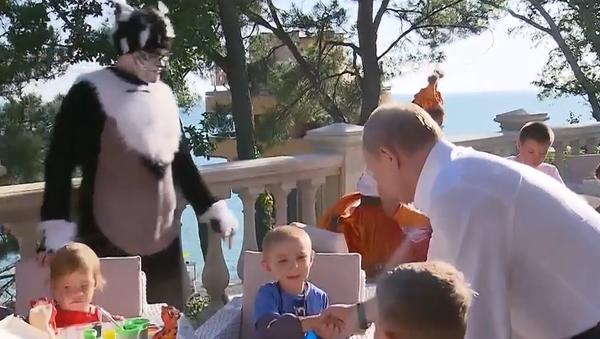 Video: Šestiletý ruský chlapec, který kvůli povodním přišel o domov a školku, Putinovi vlastníma rukama udělal dárek    - Sputnik Česká republika