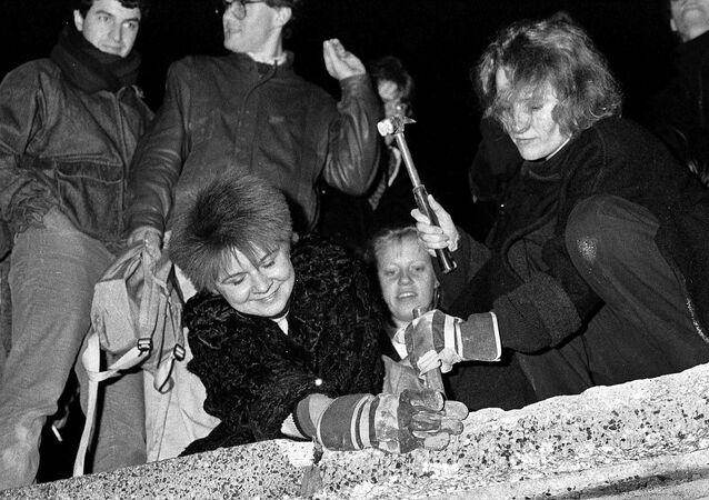 Lidé ničí berlínskou zeď (dne 9. listopadu 1989).