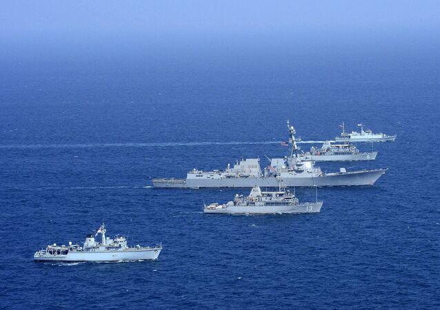 Americké a britské námořnictvo na cvičení v Perském zálivu (dne 31. října 2014)
