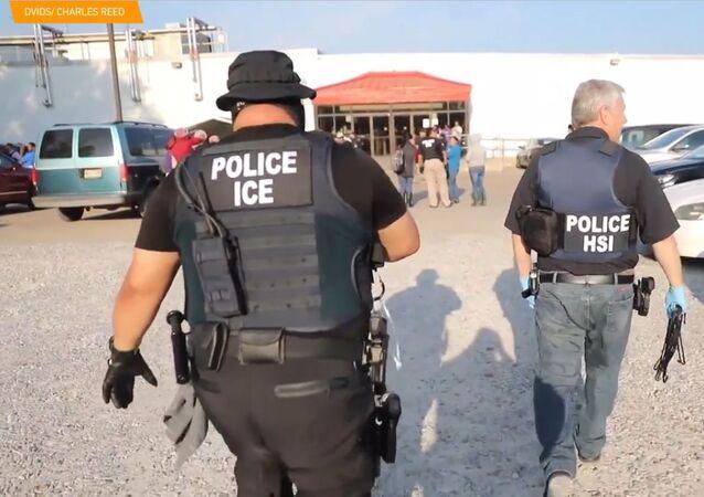 V USA bylo po několika raziích zatčeno 683 migrantů
