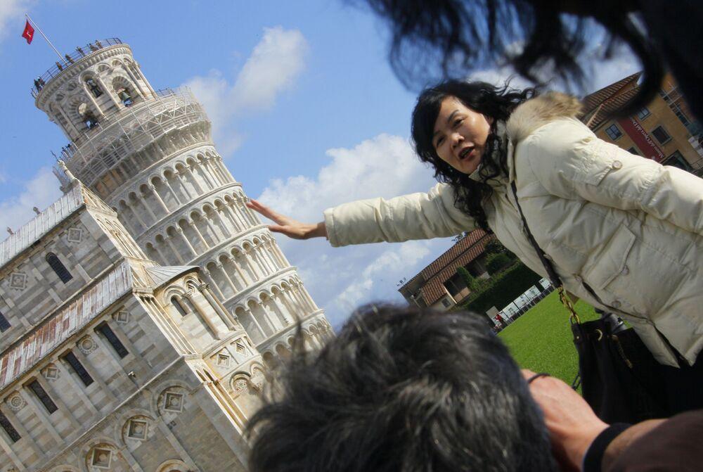 Turisté u šikmé věže v Pise