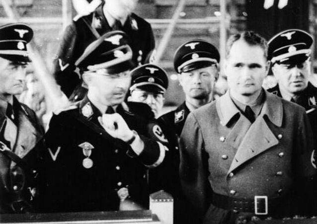 Himmler  se dívá na maketu koncentračního tábora