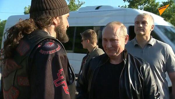 Putin navštívil show Nočních vlků na Krymu na motocyklu - Sputnik Česká republika