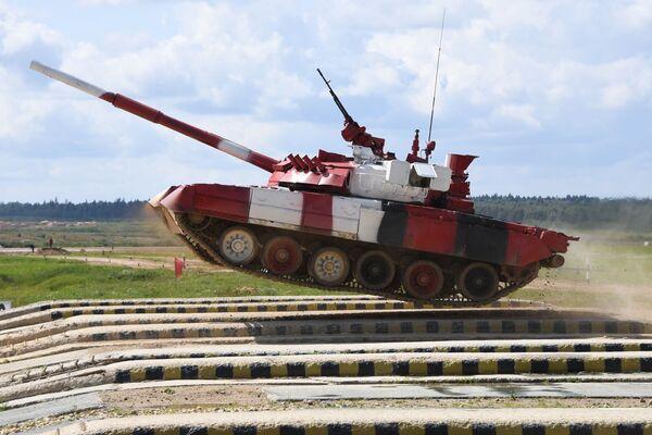 Tank T-80  ruské armády překonává překážku v závodu mezi ženskými posádky v tankovém biatlonu v parku Patriot, Rusko. - Sputnik Česká republika