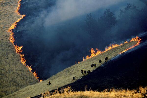 Hasiči hasí oheň poblíž Brentwoodu v Contra Costa County, Kalifornie, USA. - Sputnik Česká republika
