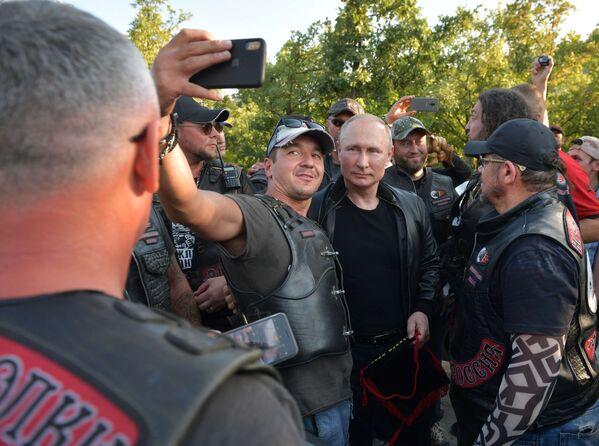 Ruský prezident Vladimir Putin blahopřeje klubu Noční vlci k 10. výročí během motorkářského show na Krymu. - Sputnik Česká republika