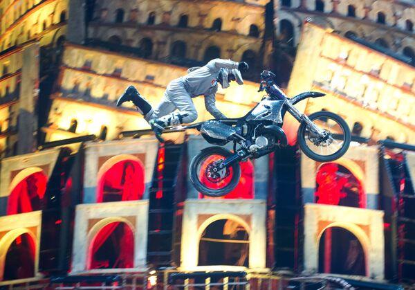 Kaskadér na motocyklu během vyvrcholení show Stín Babylonu u hory Gasfort u Sevastopolu - Sputnik Česká republika