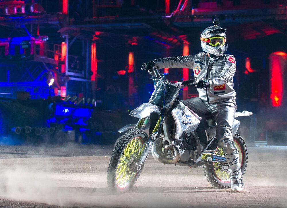 Kaskadér na motocyklu během vyvrcholení show Stín Babylonu u hory Gasfort u Sevastopolu