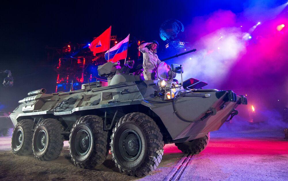Obrněný transportér BTR-80 na scéně během show Stín Babylonu