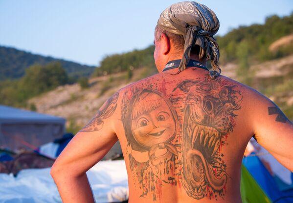 Tetování na zádech jednoho z hostů show  - Sputnik Česká republika