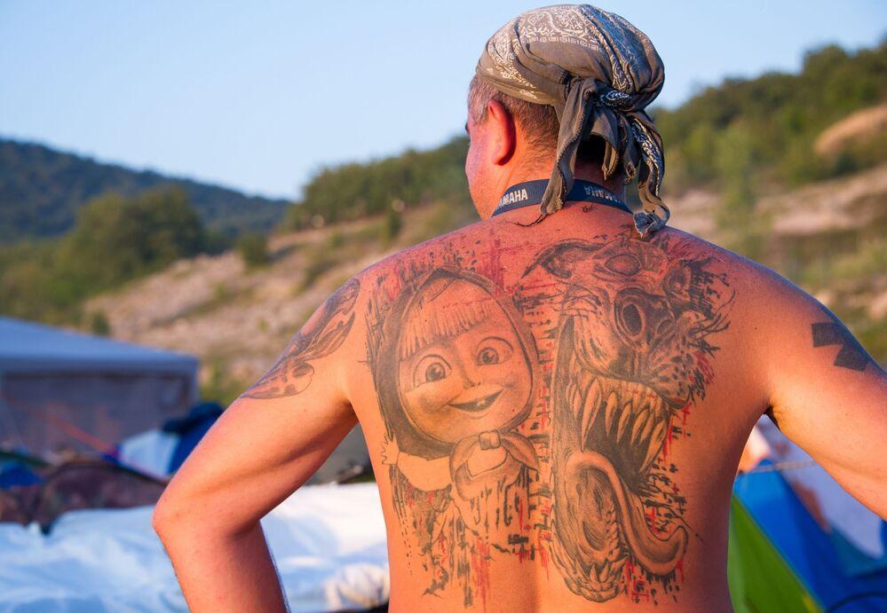 Tetování na zádech jednoho z hostů show