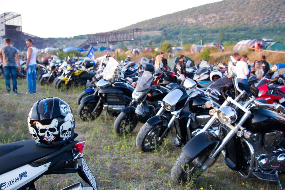 Parkoviště motocyklů na 24. Mezinárodní cyklistické výstavě poblíž hory Gasfort u Sevastopolu.