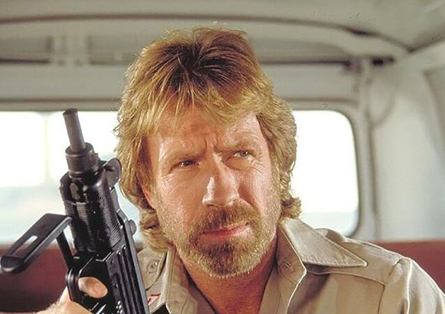 Herec Carlos Ray Norris Jr (Chuck Norris) ve filmu Delta Force