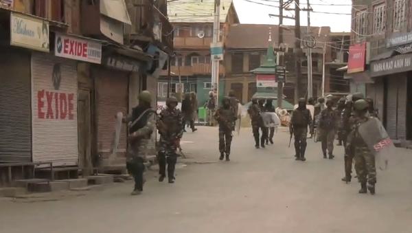 Video: Ozbrojení policisté v ulicích indického Kašmíru, kde bylo po odvolání článku 370 indické ústavy vyhlášen zákaz vycházení - Sputnik Česká republika