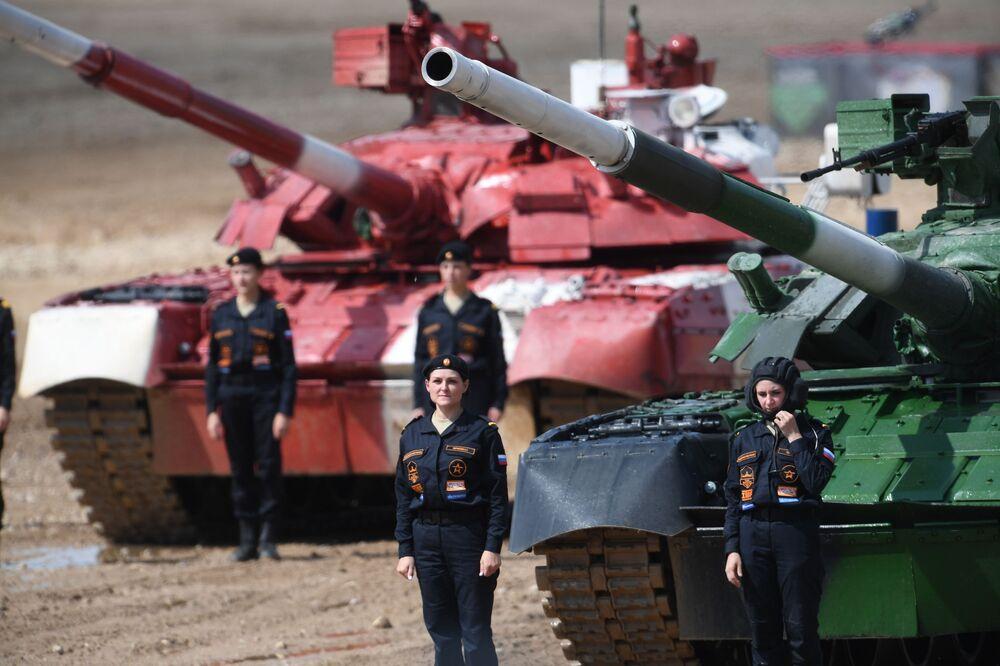Tankistky u tanků T-80 ruského týmu po skončení závodu v tankovém biatlonu