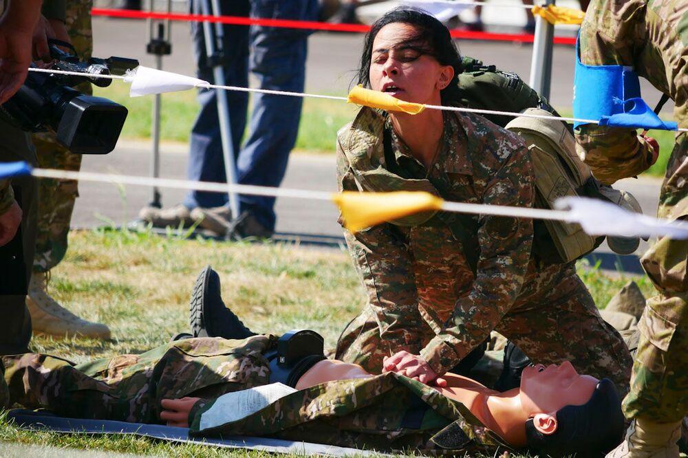 Ruská vojenská lékařka předvádí resuscitaci na vojenských hrách ARMY 2019