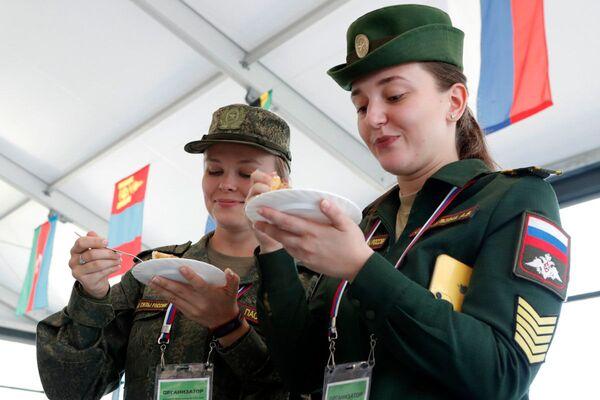 Druhá etapa disciplíny Polní kuchyně - Sputnik Česká republika