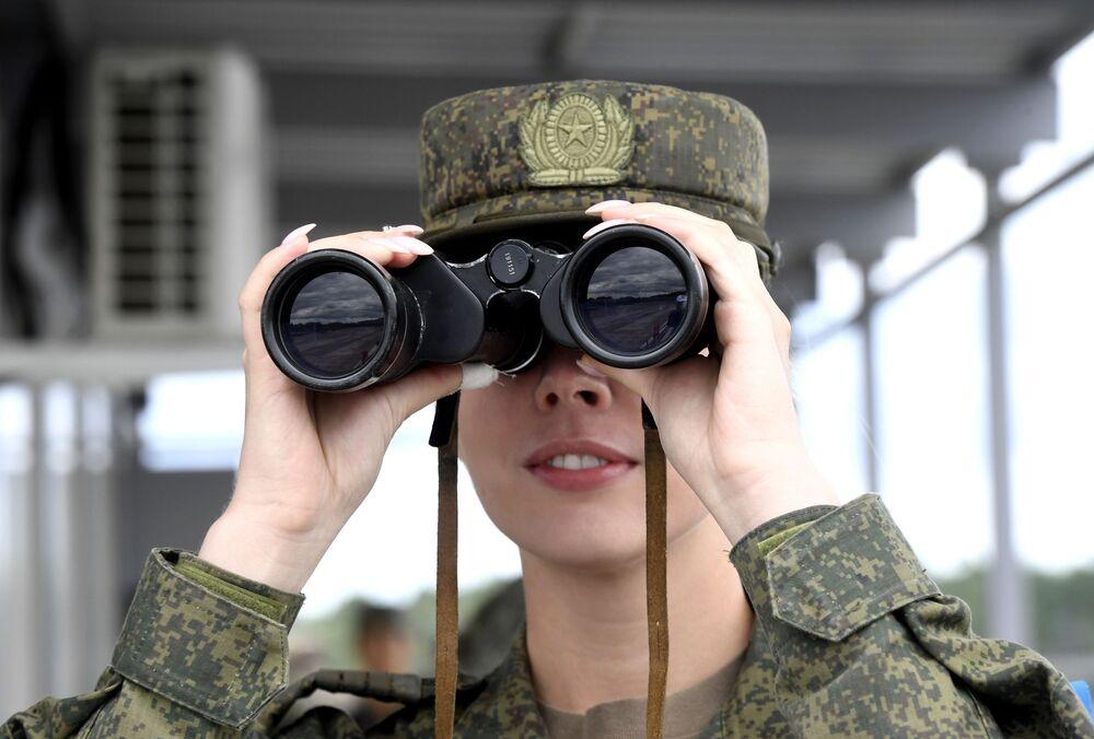 Vojačka se dívá dalekohledem