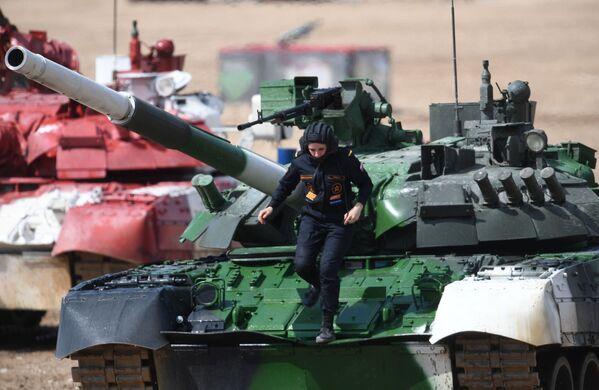 Tankistka na tanku T-80 během tankového biatlonu - Sputnik Česká republika