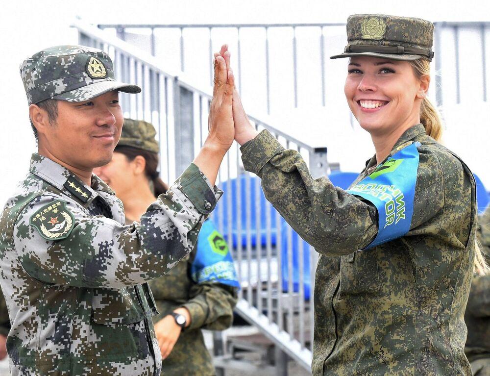 Ruská vojačka a čínský voják