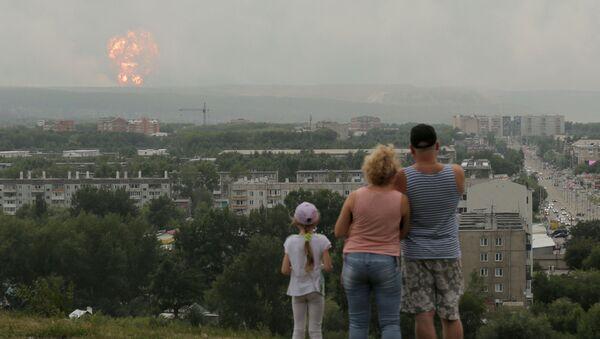 Občané pozorují kouř a oheň v místě výbuchu munice ve skladu nedaleko města Ačinsk v Krasnojarském kraji - Sputnik Česká republika