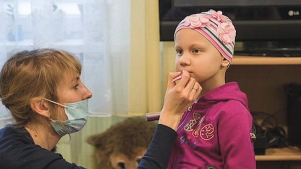 Video: Dobrovolníci v onkologickém centru pomáhají malým pacientům s rakovinou. Na dětském oddělení pořádají salon krásy - Sputnik Česká republika