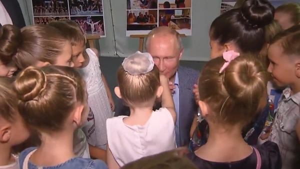 Video: Skutečný rytíř! Putin během návštěvy Krymu poklekl a políbil ruku mladé baletky  - Sputnik Česká republika