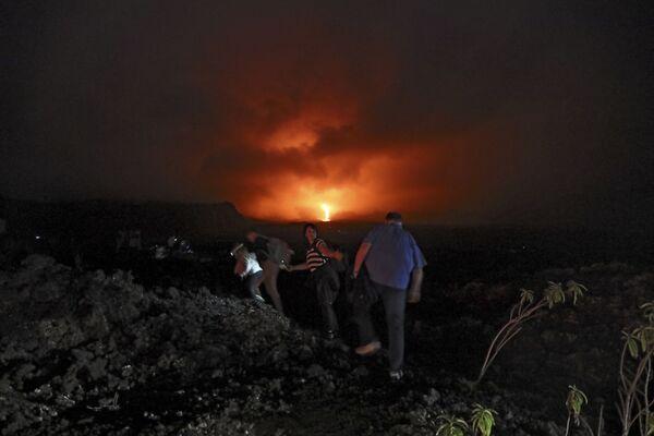 Lidé sledují erupci sopky Piton de la Fournaise na francouzském ostrově Réunion (dne 13. srpna 2019). - Sputnik Česká republika