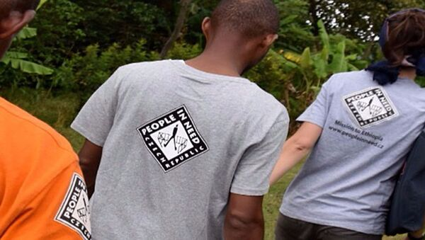 Lidé v tričkách s logem neziskové organizace Člověk v tísni - Sputnik Česká republika