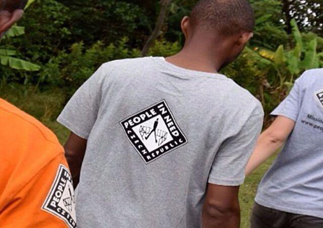 Lidé v tričkách s logem neziskové organizace Člověk v tísni